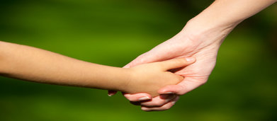 rsz_mother-child-holding-hands